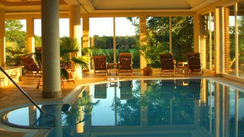 4 Im Pool liegen und in die Landschaft schauen...