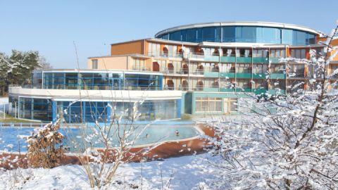 Thermalsoleschwimmbecken im Winter